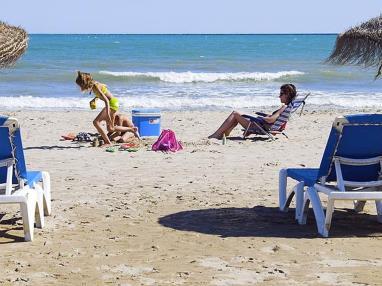 Tumbonas en la playa  Costa Azahar Alcoceber